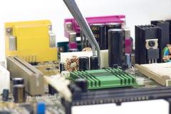 Pincetholding en het Assembleren Elektrolytische Condensatoren en Leiders Royalty-vrije Stock Afbeelding