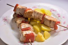 Pincho asado a la parrilla de los pescados de atún con la pimienta roja y las patatas hervidas Imagen de archivo