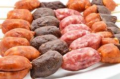 Pincho con diversos tipos de salchichas para la barbacoa Fotografía de archivo libre de regalías