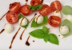 Pincho de la ensalada de Caprese con el tomate, la mozzarella y la albahaca f italiana Imagen de archivo libre de regalías