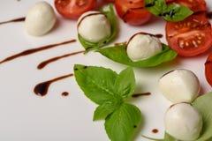 Pincho de la ensalada de Caprese con el tomate, la mozzarella y la albahaca f italiana Fotos de archivo libres de regalías