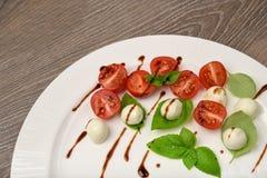 Pincho de la ensalada de Caprese con el tomate, la mozzarella y la albahaca f italiana Imágenes de archivo libres de regalías