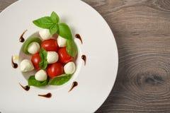 Pincho de la ensalada de Caprese con el tomate, la mozzarella y la albahaca f italiana Fotografía de archivo
