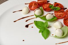 Pincho de la ensalada de Caprese con el tomate, la mozzarella y la albahaca f italiana Fotos de archivo