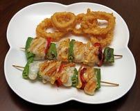 Pincho de la platija con el calamar frito Foto de archivo libre de regalías