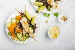 Pincho del pollo del anacardo con la salsa y las verduras del cacahuete Opinión superior sobre un fondo ligero en formato horizon Fotos de archivo