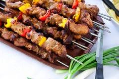 Pincho - placa grande con la carne y el veg asados a la parilla, mezclados fotografía de archivo