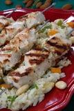 Pinchos asados a la parilla del pollo en el arroz Foto de archivo libre de regalías