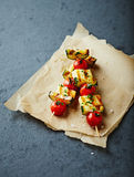 Pinchos asados a la parrilla de Halloumi, de Cherry Tomato y del calabacín Imagen de archivo libre de regalías