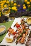 Pinchos asados a la parrilla de los camarones para la cena en jardín Fotografía de archivo libre de regalías