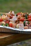 Pinchos con las verduras y salchicha, tocino y albóndigas Imagen de archivo libre de regalías