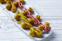 Pinchos de Gilda avec des tapas d'olives et d'anchois Images stock