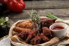 Pinchos de la carne de vaca y del pollo con la salsa y el pan Pita en una placa de madera Fotografía de archivo