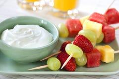 Pinchos de la fruta con el yogur Foto de archivo libre de regalías