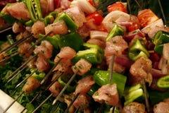 Pinchos de los kebabs frescos del shish que esperan para ser cocinado fotografía de archivo libre de regalías