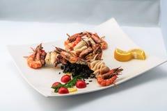 Pinchos de los mariscos con arroz negro Foto de archivo libre de regalías