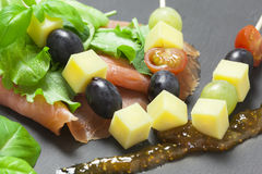 Pinchos de los salmones y del queso Foto de archivo