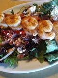 Pinchos del camarón en la ensalada Foto de archivo