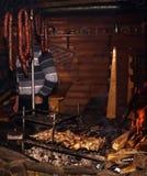 Pinchos del cordero en el carbón de leña y la salchicha ahumada en barbacoa Fotografía de archivo
