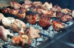 Pinchos del kebab en el cierre de la parrilla para arriba Fotografía de archivo