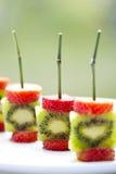 Pinchos del kiwi de las fresas Imagenes de archivo