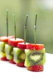Pinchos del kiwi de las fresas Fotografía de archivo libre de regalías