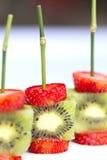 Pinchos del kiwi de las fresas Fotografía de archivo