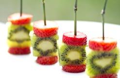 Pinchos del kiwi de las fresas Fotos de archivo