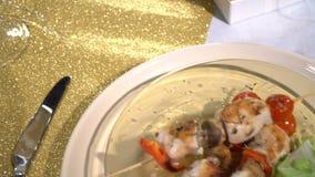 Pinchos del pollo en la tabla almacen de video