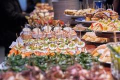 Pinchos e tapas tipici del Paese Basco, Spagna Selezione dei tipi differenti di alimenti da scegliere da San Sebastian immagini stock libere da diritti