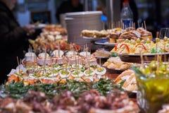 Pinchos en tapas typisch van het Baskische Land, Spanje Selectie van verschillende types van voedsel om te kiezen van San Sebasti royalty-vrije stock foto