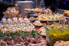 Pinchos en tapas typisch van het Baskische Land, Spanje Selectie van verschillende types van voedsel om te kiezen van San Sebasti stock afbeelding