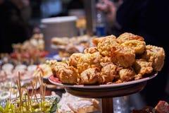 Pinchos en tapas typisch van het Baskische Land, Spanje Selectie van verschillende types van voedsel om te kiezen van San Sebasti royalty-vrije stock fotografie