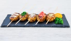 Pinchos japoneses del pollo con la salsa de soja y las semillas de sésamo imagen de archivo libre de regalías