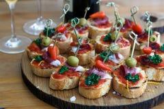 Pinchos, tapas, canape spagnole, cibo da mangiare con le mani del partito immagine stock libera da diritti