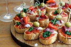 Pinchos, tapas, canapes españoles, comida para comer con los dedos del partido imagenes de archivo