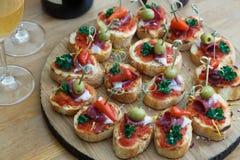 Pinchos, tapas, canapes espagnols, repas sur le pouce de partie Photo libre de droits