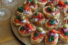 Pinchos, tapas, canapes espagnols, repas sur le pouce de partie Images stock