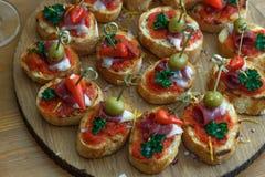 Pinchos, tapas, canapes espagnols, repas sur le pouce de partie Image stock