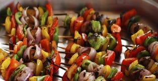 pinchos vegetales asados a la parrilla mediterráneos en un plato de servicio imagenes de archivo