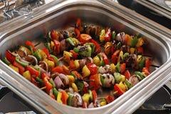 pinchos vegetales asados a la parrilla mediterr?neos en un plato de servicio fotografía de archivo libre de regalías