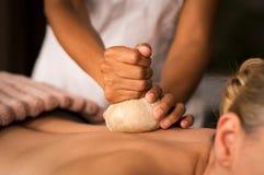 Pinda ayurvedic massage på brunnsorten royaltyfri fotografi