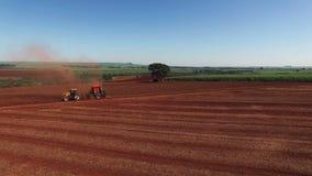 Pinda's het gemechaniseerde oogsten in Sao Paulo Brazil - Luchtdriepoot van tractor het oogsten pinda'sgebied stock footage