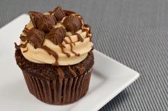 Pindakaas Cupcake op Grijs stock afbeelding