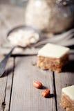 Pindakaas en witte chocoladevierkanten Stock Foto