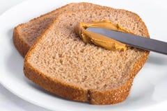 Pindakaas op het Gehele Brood van de Tarwe Stock Afbeelding