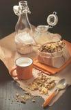 Pindakoekjes met kop van melk en glaskruik op verfrommeld document Stock Afbeeldingen