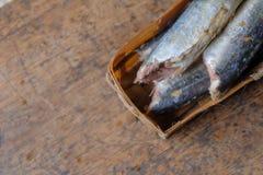 Pindang ikan oder Kochfischscheiben mit Gewürzen lizenzfreies stockfoto