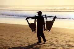 Pindaverkoper op het strand bij zonsondergang Royalty-vrije Stock Foto's