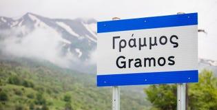 Pindus, Gramos la montagne neigeuse en Grèce occidentale Fermez-vous vers le haut de la vue du signe avec le nom du ` s de montag Images stock